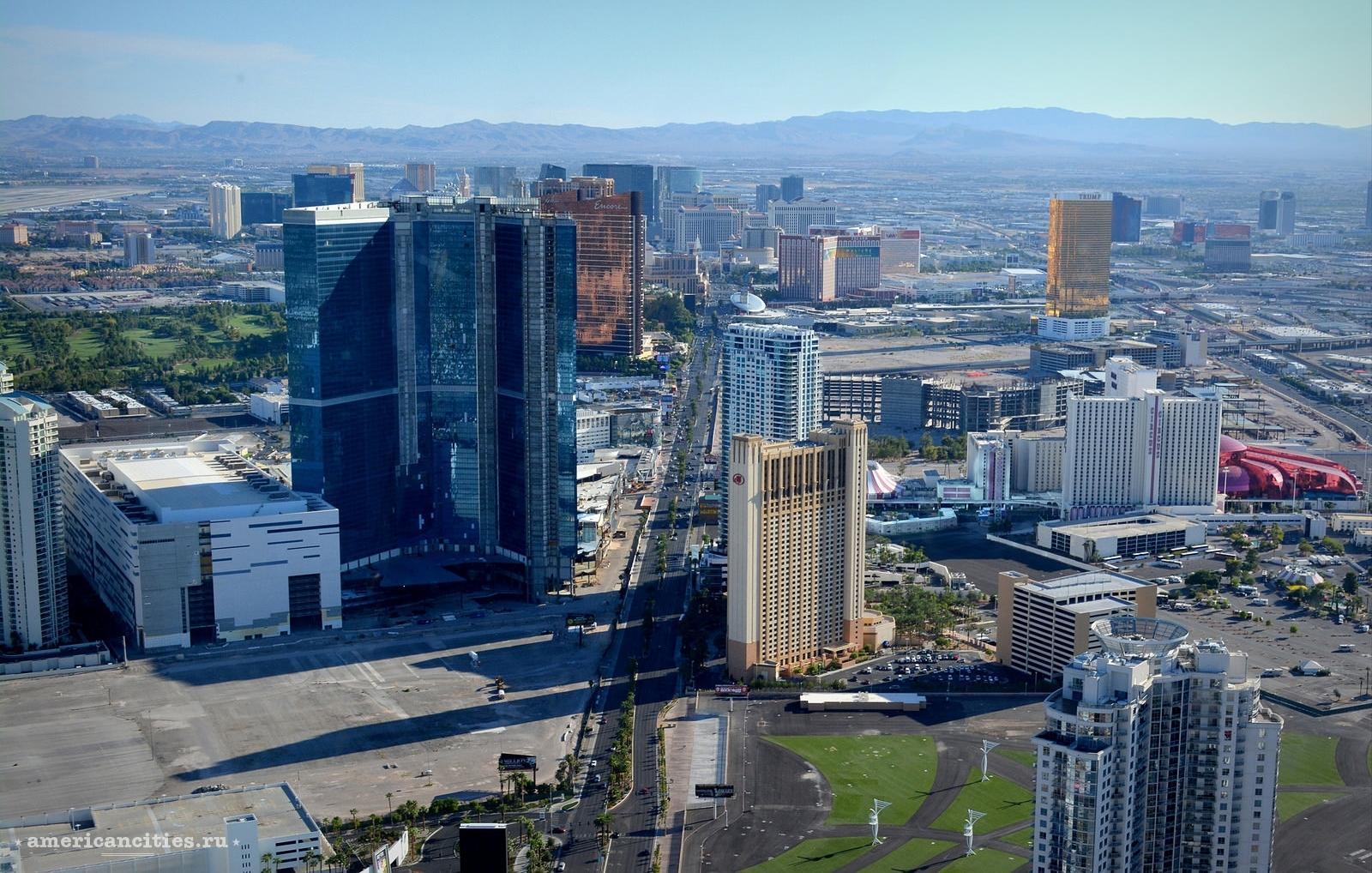 На фото главная улица города - Las Vegas blvd (The Strip)