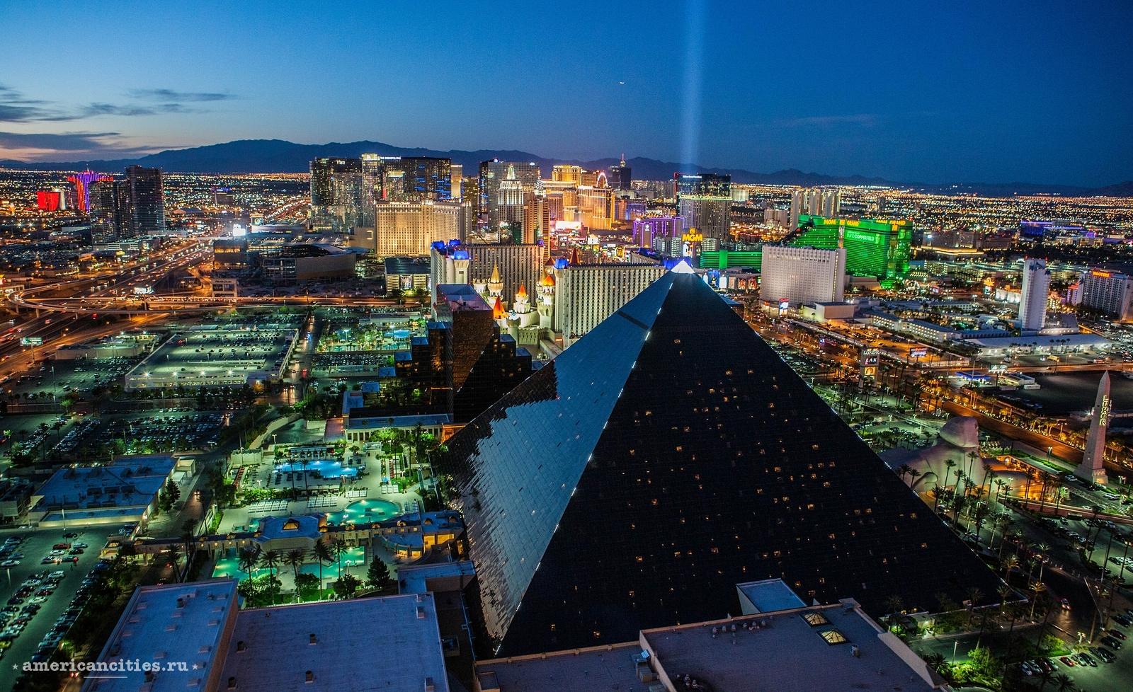 Вид на ночной Лас-Вегас. На переднем плане пирамида Луксор
